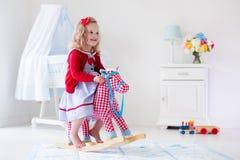 女孩马少许骑马玩具 免版税库存图片
