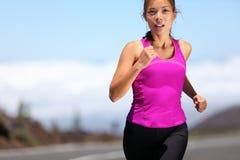 女孩马拉松运动员连续培训 免版税库存图片