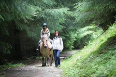 女孩马骑术 免版税图库摄影
