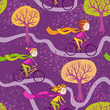 女孩骑自行车到学校 库存照片