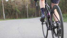 女孩骑自行车者腿踩的踏板的技术 脚蹬行动的关闭 r 在自行车的活跃训练 t 影视素材