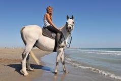 女孩骑马微笑 库存照片
