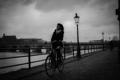 女孩骑马自行车 库存图片