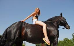女孩骑马 免版税库存照片