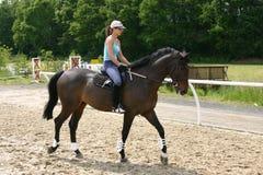 女孩骑马 免版税库存图片