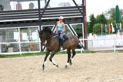 女孩骑马 免版税图库摄影