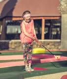 女孩高尔夫球使用的一点 免版税库存图片