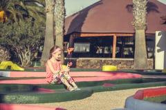 女孩高尔夫球使用的一点 免版税图库摄影