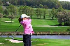 女孩高尔夫球使用的一点 库存照片