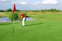 女孩高尔夫球运动员 免版税库存图片
