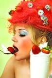 女孩魅力草莓 免版税图库摄影