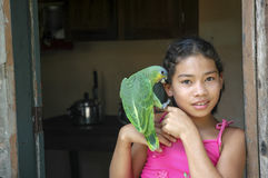 女孩鹦鹉年轻人 免版税库存图片