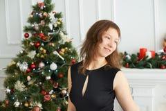 女孩,圣诞树 圣诞节内部 免版税库存照片
