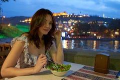 女孩,夜,在一个室外咖啡馆的晚餐 免版税库存照片