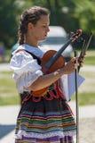 女孩,小提琴的歌手从传统服装的波兰 库存照片