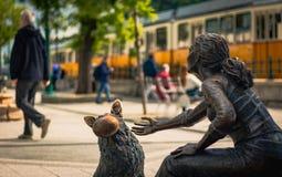 女孩,狗和traincar 免版税库存图片