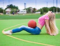 女孩,篮球,太阳镜,充分的高度,性感 免版税库存图片