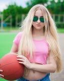 女孩,篮球,太阳镜 关闭 半高度,严肃, s 库存图片