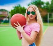 女孩,篮球,太阳镜 关闭 半高度,乐趣 免版税库存图片