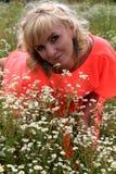 女孩,长的礼服,花的领域,一件桃红色礼服 花的领域的美丽的白肤金发的女孩 免版税库存照片