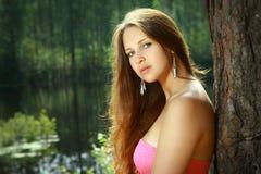 女孩, 16岁,在桃红色礼服,由湖。 免版税图库摄影