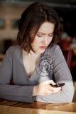 女孩读一则消息 图库摄影