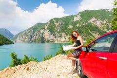 女孩读一张地图 免版税库存图片