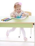 女孩绘一支毡尖的笔 库存图片