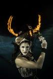 女孩水下与firehorn 免版税库存图片