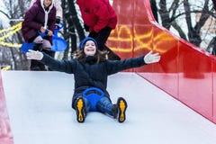女孩滑下来在ledyankah的小山 库存图片