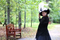 女孩18世纪礼服在公园 免版税图库摄影