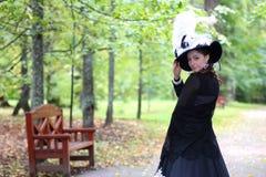女孩18世纪礼服在公园 库存图片