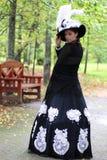 女孩18世纪礼服在公园 免版税库存照片