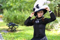 女孩18世纪礼服在公园 图库摄影