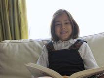 女孩读书 库存照片