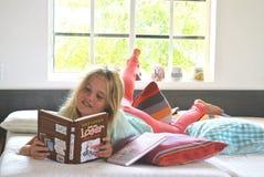 女孩读书 免版税库存照片