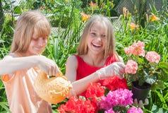 女孩从事园艺 免版税图库摄影