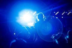 女孩黑剪影摇滚乐音乐会的 库存照片
