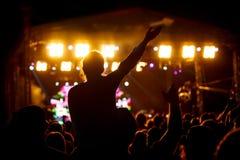 女孩黑剪影摇滚乐音乐会的 免版税库存照片