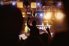 女孩黑剪影摇滚乐音乐会的 免版税图库摄影
