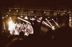 女孩黑剪影摇滚乐音乐会的 免版税库存图片