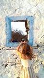 女孩移动电话照片采取 免版税库存图片
