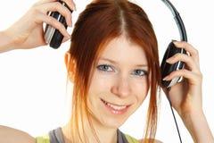 女孩头发的耳机红色年轻人 免版税库存图片