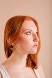 女孩头发的配置文件红色年轻人 免版税库存照片