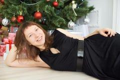 女孩 圣诞节内部 微笑 图库摄影