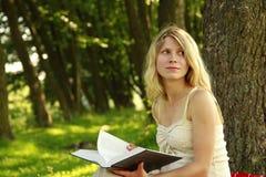 女孩读圣经 库存照片