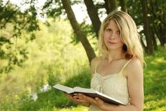 女孩读圣经 免版税库存照片