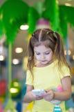 女孩读在电话的文本 免版税库存图片