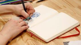女孩画在纸的铅笔剪影 关闭 免版税库存图片