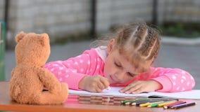 女孩整洁地被绘删掉在册页的橡皮擦铅笔 影视素材